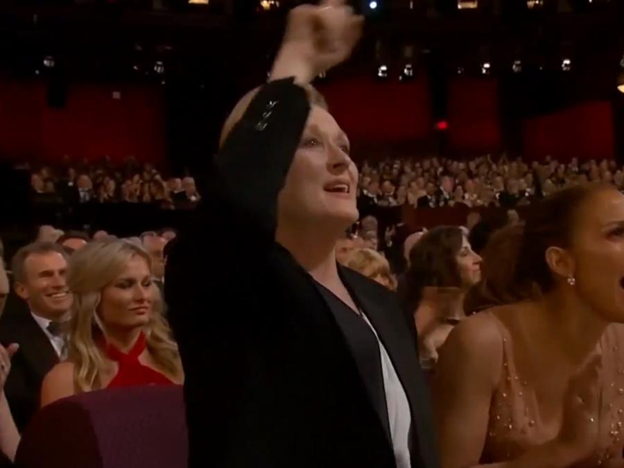 Meryl Streep y Jennifer Lopez aplauden el discurso de agradecimiento de Patricia Arquette.