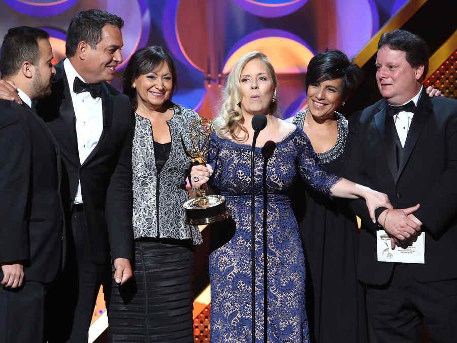 Maria Alvarez recibe el premio Daytime Emmy Awards 2015 por Un Nuevo Día
