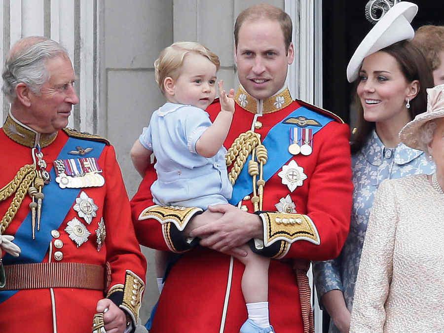 Reina Isabel II y su familia en el palacio de Buckingham en Londres