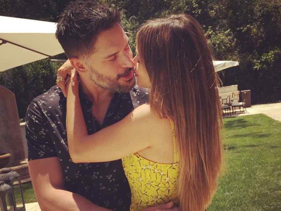 Sofía Vergara y Joe Manganiello dándose un beso