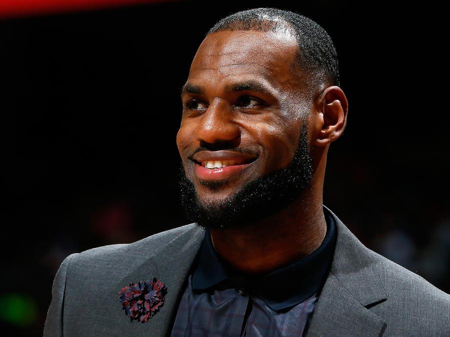 LeBron James firma acuerdo con Warner Bros.
