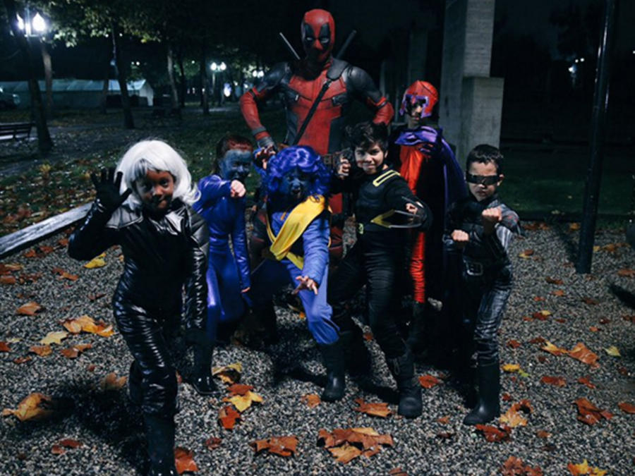 Ryan Reynolds se viste de Deadpool para pedir caramelos con niños en Halloween