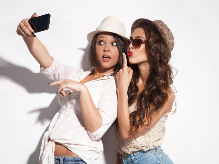 Dos mujeres tomándose una selfie