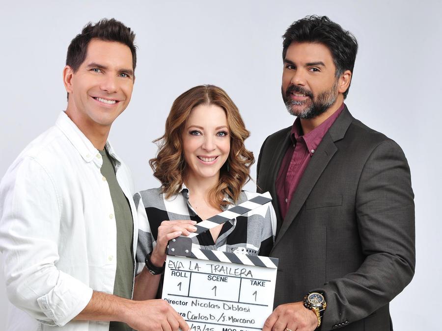 Arap Bethke, Edith Gonzalez y Jorge Luis Pila con la cliqueta de grabación de Eva La Trailera