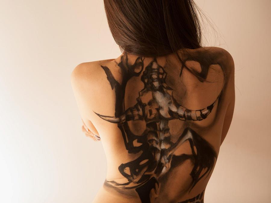 Mujer con la espalda tatuada