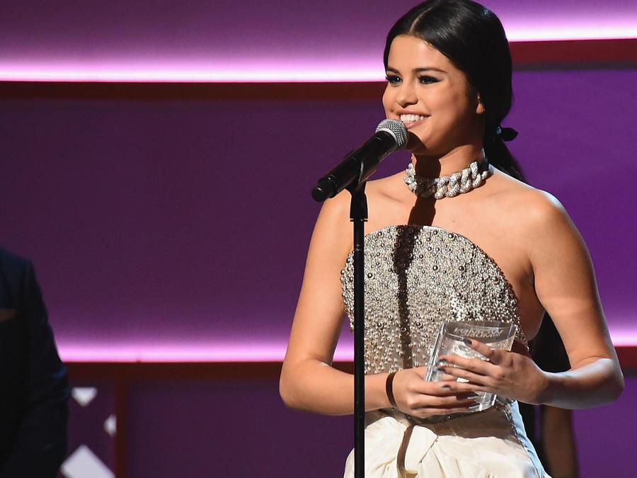 Selena Gómez recibiendo un premio