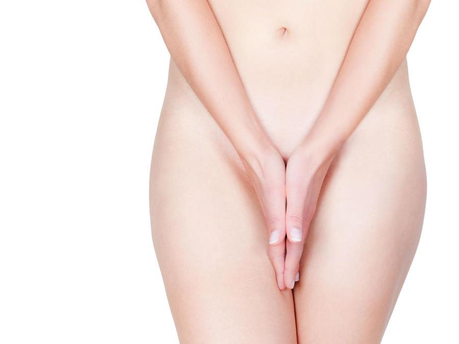 Mujer desnuda con los brazos abajo
