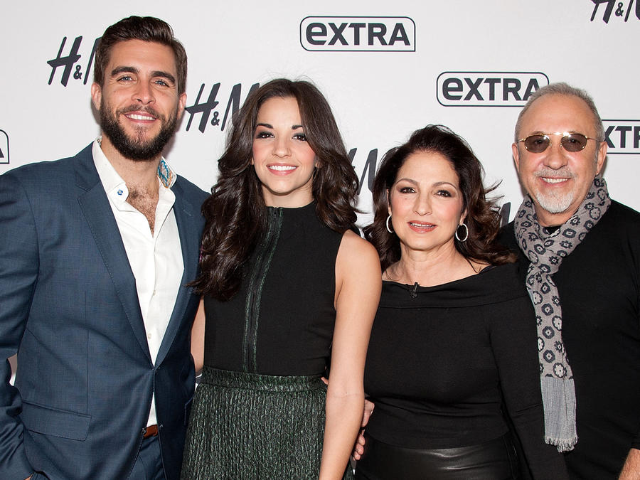 """Gloria y Emilio Estefan con los actores de """"Get On Your Feet!"""""""