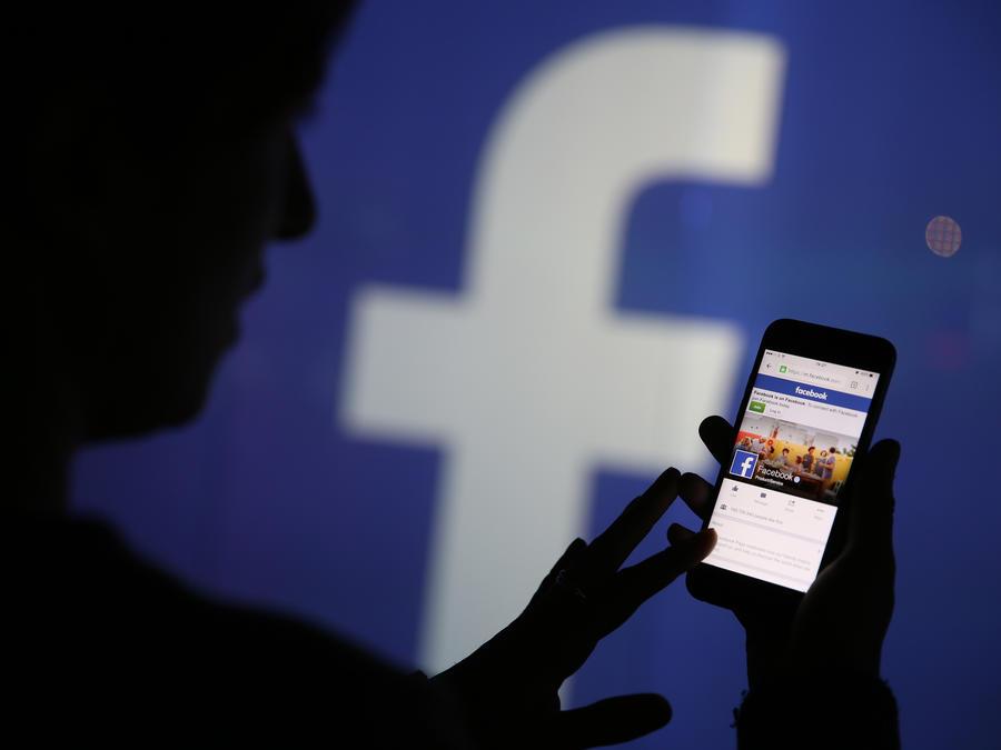 Una persona utiliza la aplicación de Facebook en su teléfono celular