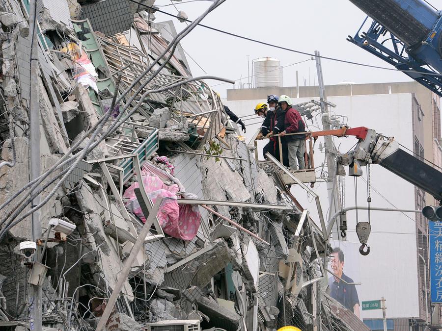 En esta foto distribuida por la agencia Xinhua, socorristas buscan sobrevivientes entre los escombros en Tainan, Taiwan, sábado 6 de febrero de 2016.
