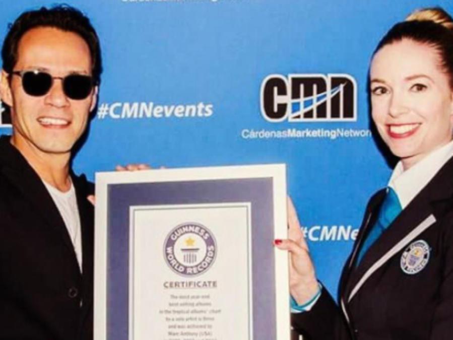 Marc Anthony con su premio Guinness