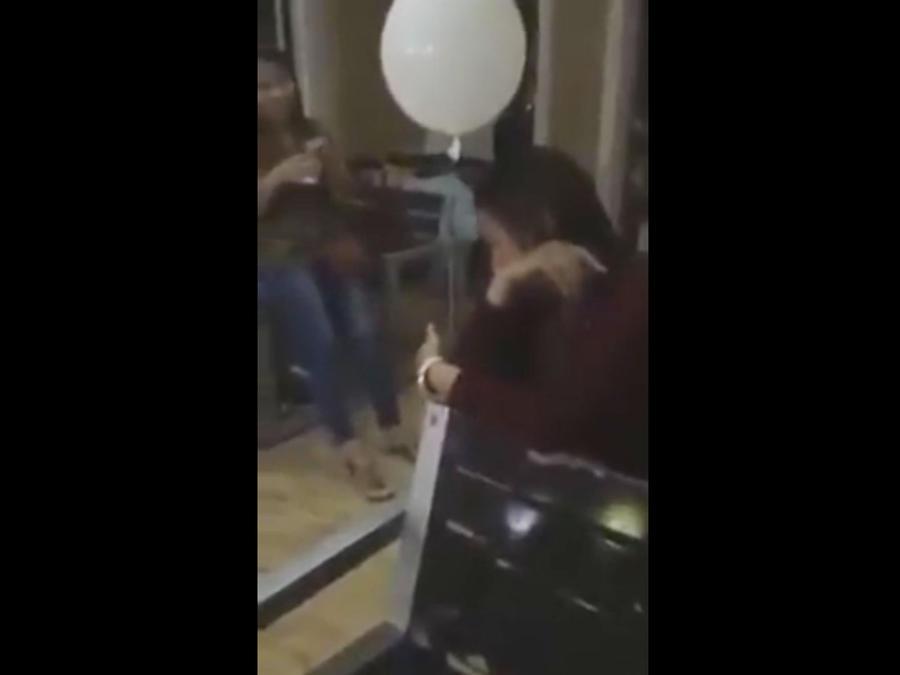 Fantasma de niño consuela a madre