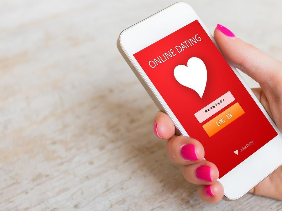 Persona sosteniendo un smartphone con un app de citas
