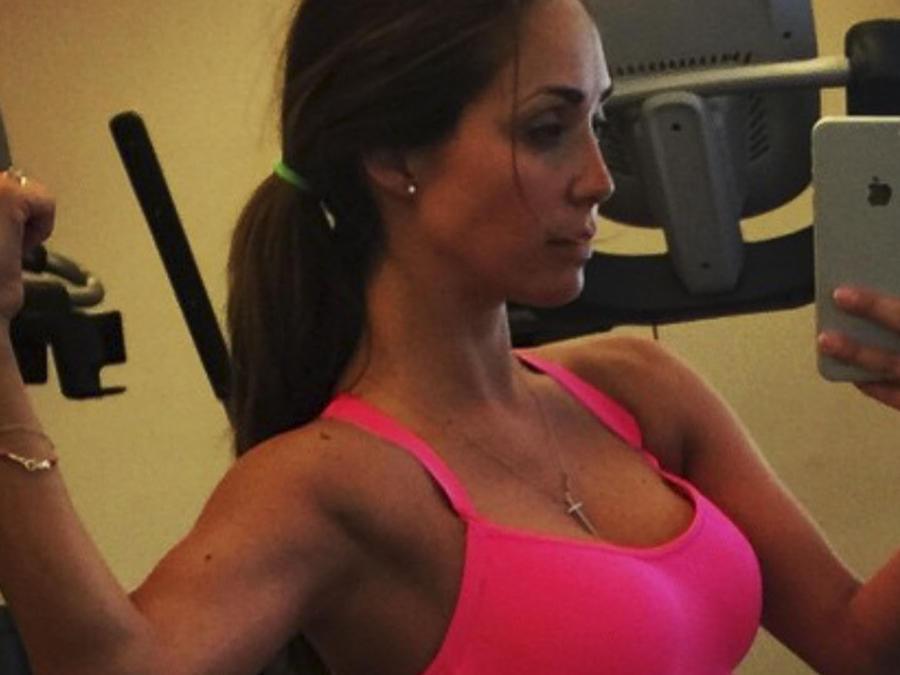 Ana tomándose un selfie en el gimnasio