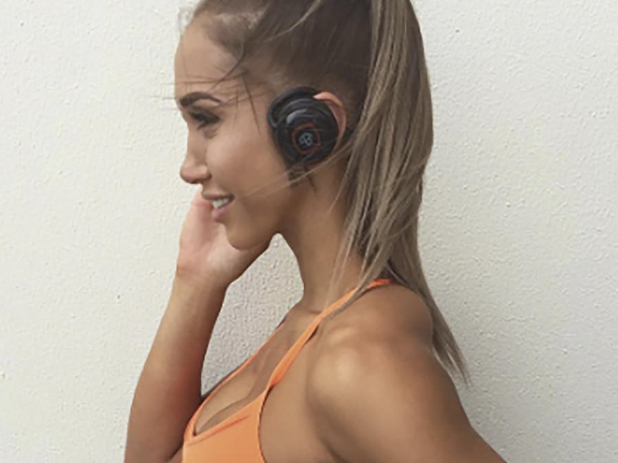 Chontel Duncan con auriculares