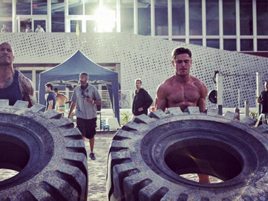 """Los actores de """"Baywatch"""", Dwayne Johnson y Zac Efron compiten por el título del más fuerte"""