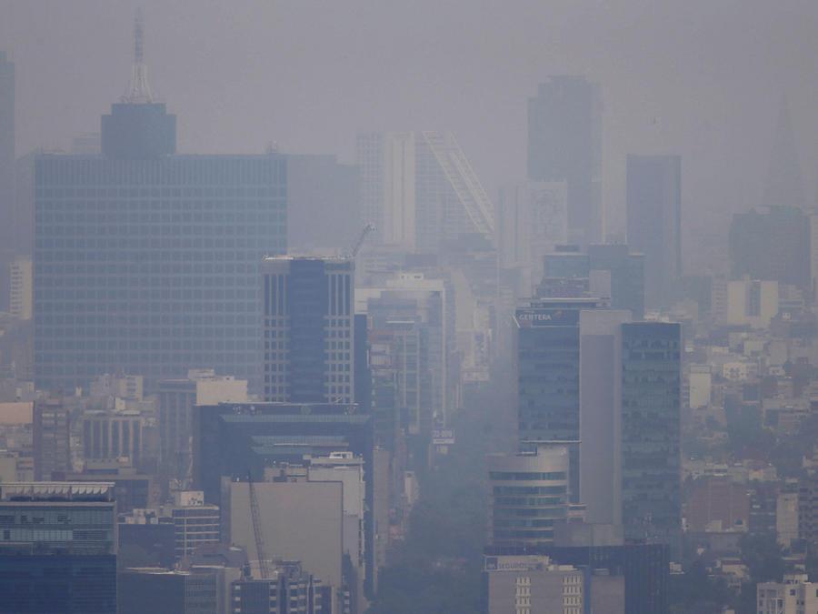 Los edificios apenas se ven debido al smog que cubre la Ciudad de México. Hoy 17 de Marzo del 2016 el gobierno aumentó la restricción de tránsito de autos ya que es el cuarto día de alerta por la contaminación del aire.