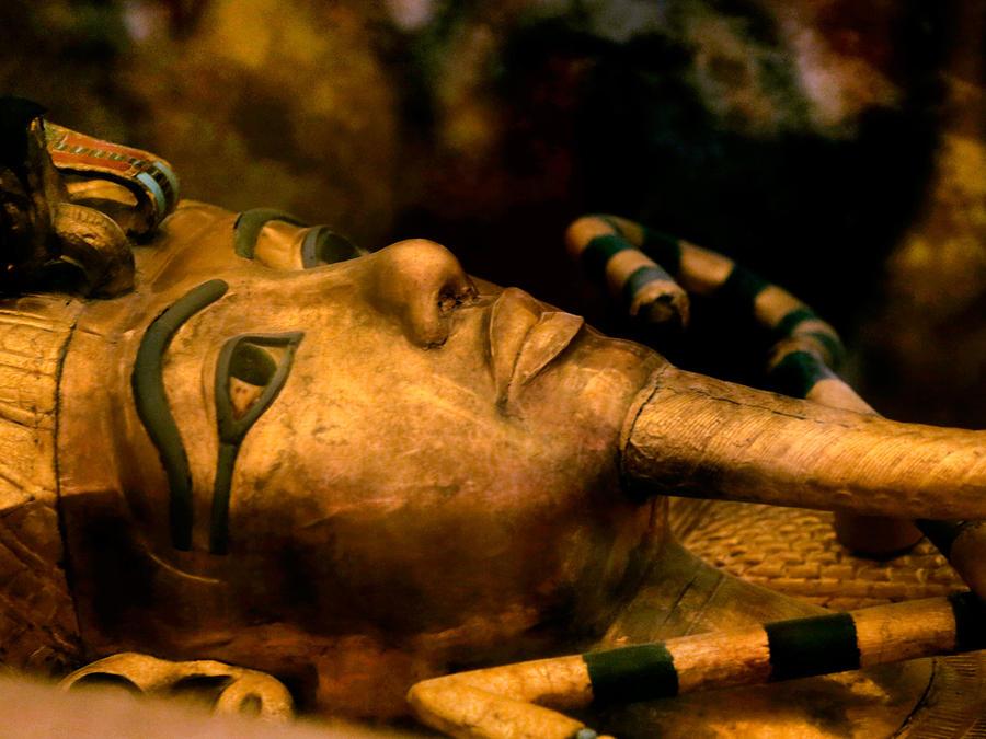 En esta imagen de archivo del jueves 5 de noviembre de 2015, uno de los famosos sarcófago del faraón egipcio Tutankamón, en una vitrina en el Valle de los Reyes, en Egipto