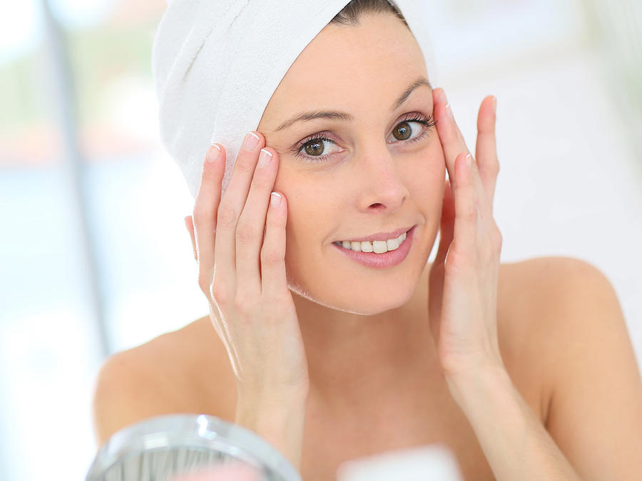 Mujer estirando la piel de su rostro