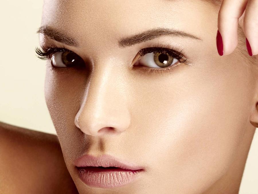 Primer plano de mujer con cejas y piel perfectas