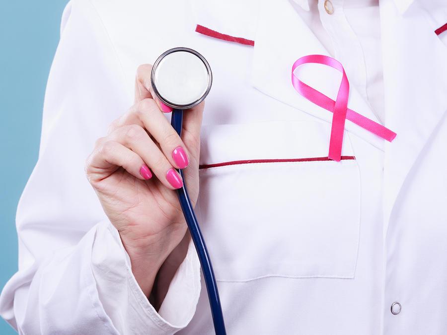 Médica con cinta rosa