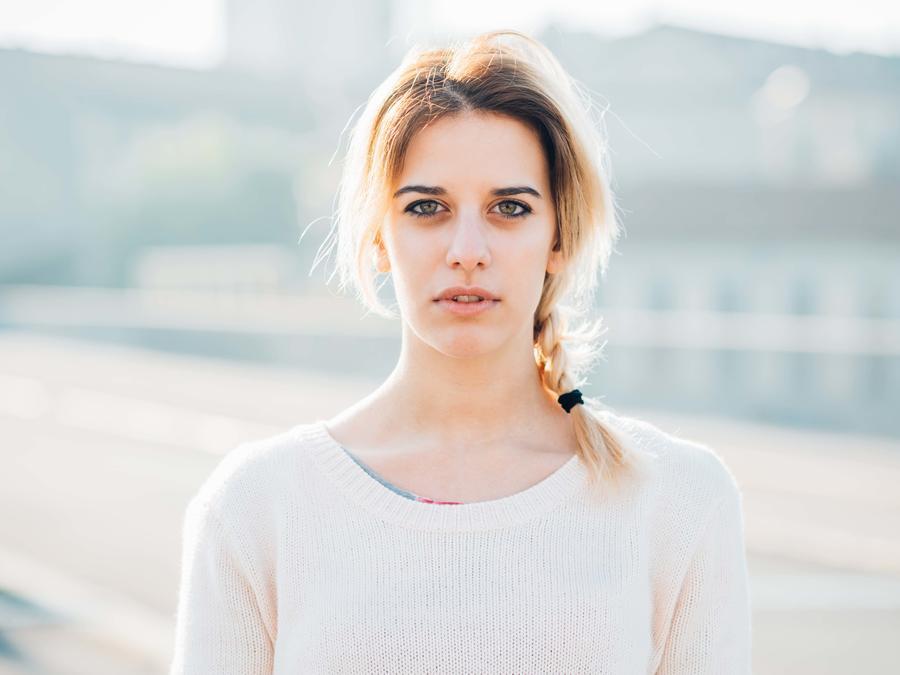 Mujer posa con cara seria