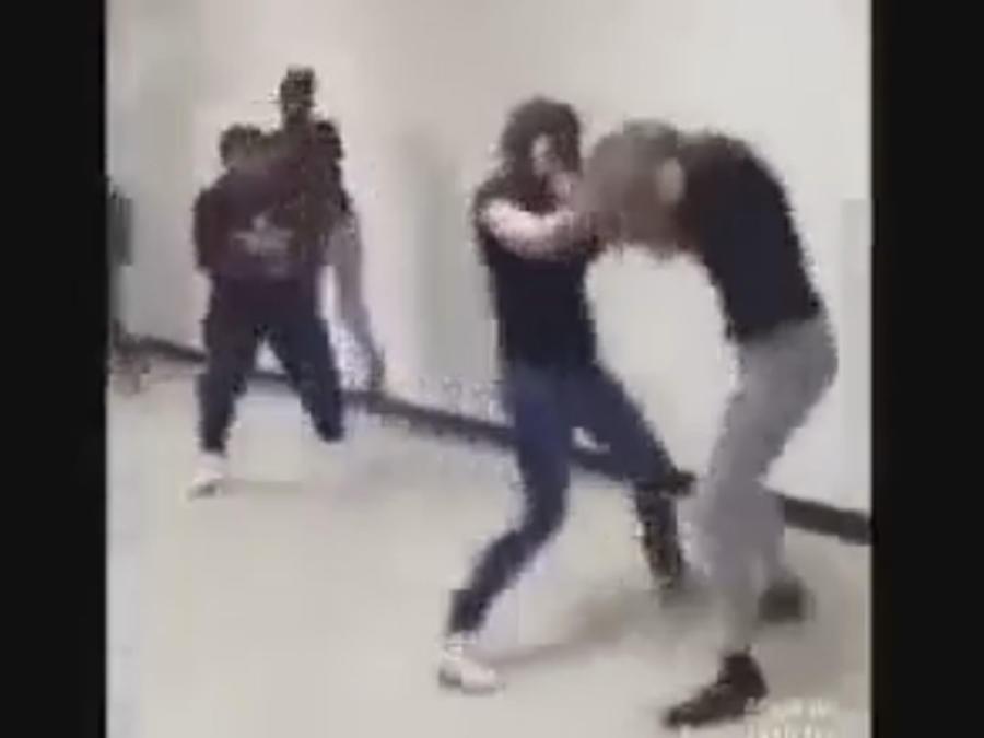 Policía detiene enfrentamiento entre dos jóvenes y causa polémica