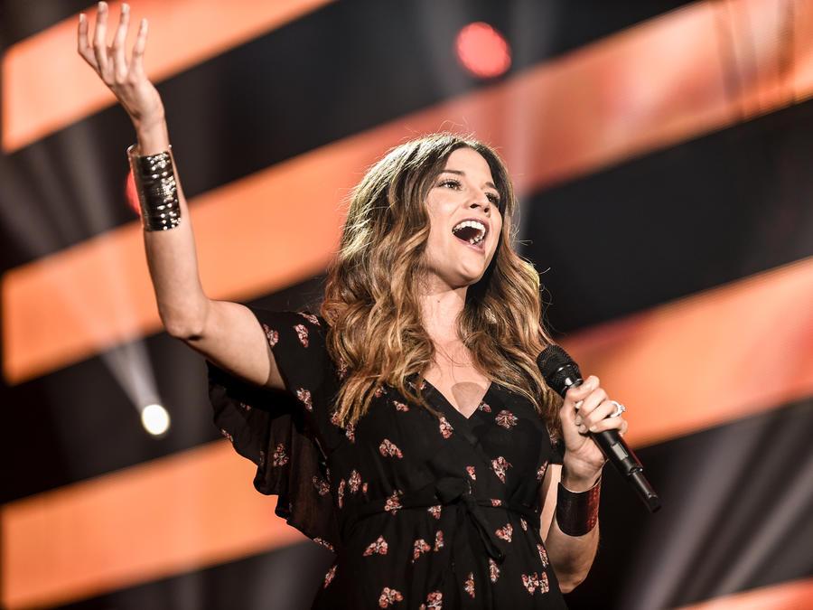Natalia Jiménez luce radiante con su embarazo en los ensayos de Premios Billboards 2016