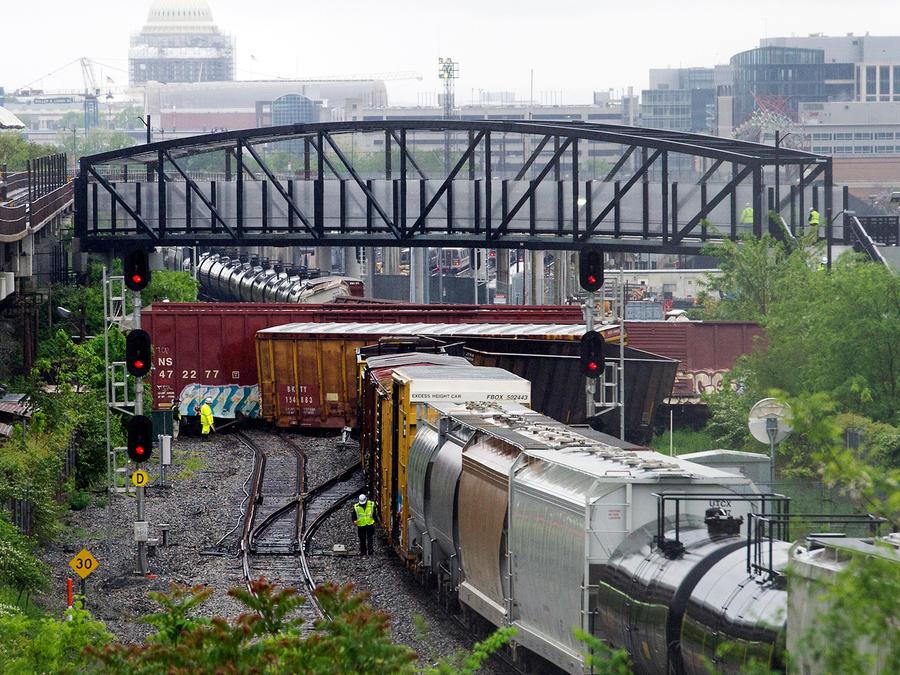 Vagones volcados después de que un tren de CSX se descarriló en Washington el domingo 1 de mayo de 2016 cerca de una estación del metro en Washington, D.C.