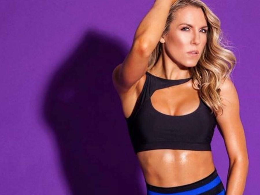 La entrenadora Anna Kaiser posa con ropa deportiva