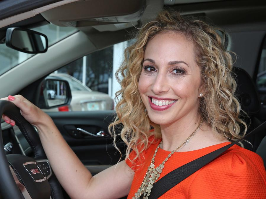Jeannette Kaplun dentro de un carro con el cinturón de seguridad aborichado