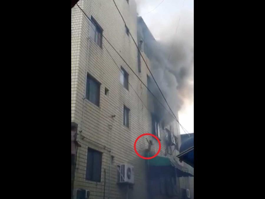 Incendio donde un niño salta al vacío