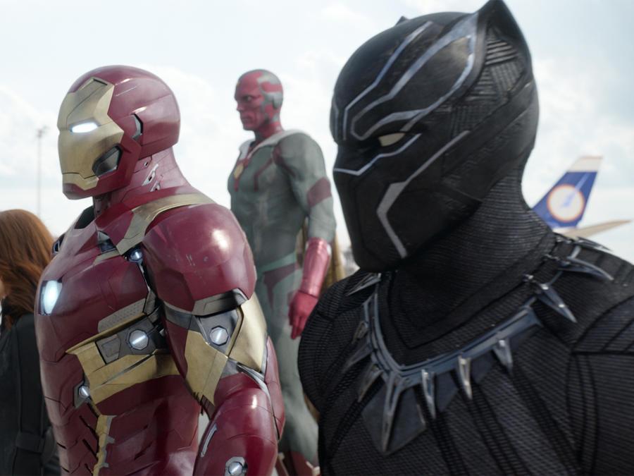 Chadwick Boseman como Black Panther,