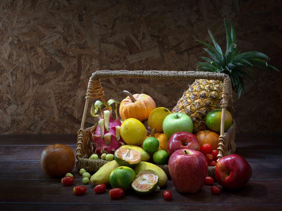 Canasta con una variedad de frutas