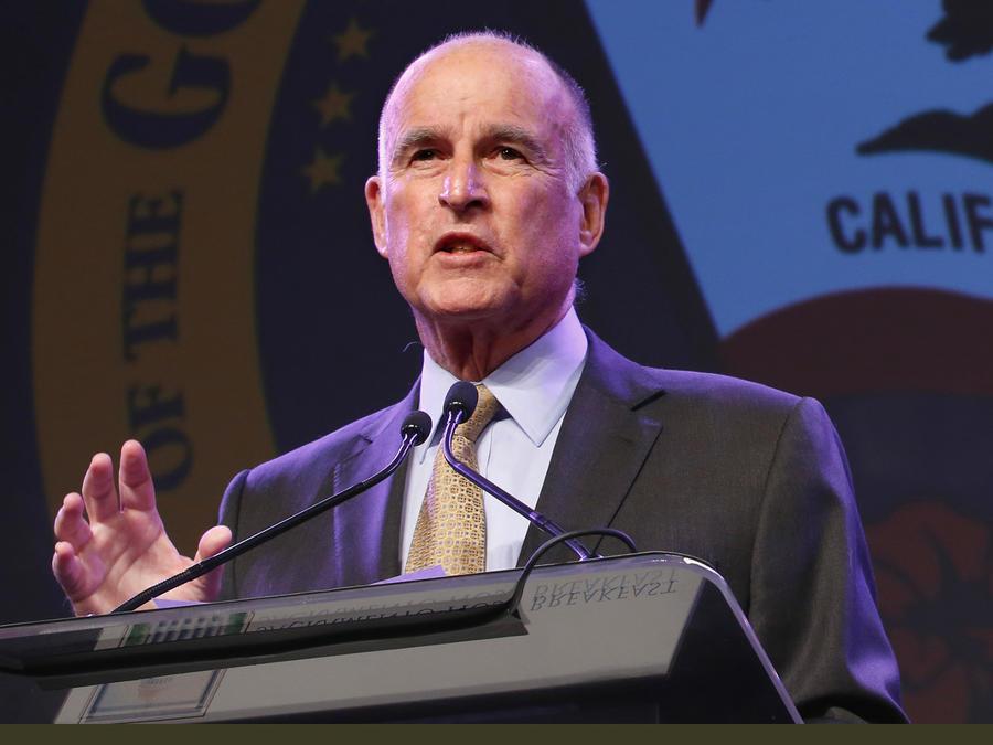 El gobernador de California, Jerry Brown, durante el evento en Sacramento en el que respaldó a Hillary Clinton