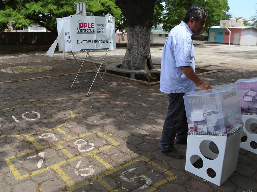Un hombre se dispone a votar durante las elecciones para gobernador en Veracruz, México, el domingo 5 de junio de 2016. Doce estados en México votaron para elegir gobernador