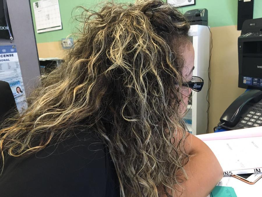 mujer mirando el ordenador de cerca