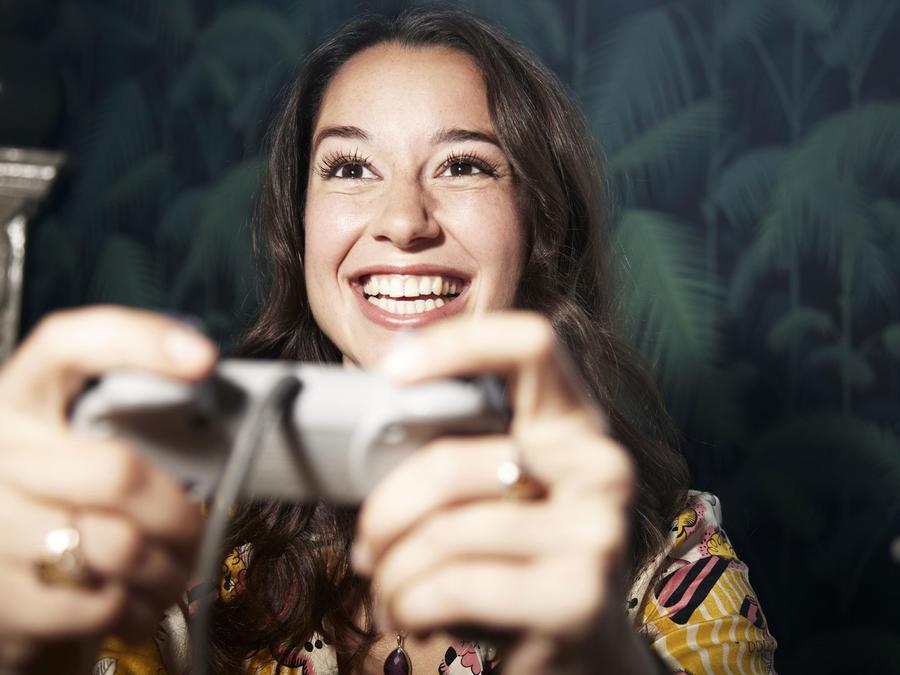 Mujer joven jugando videojuegos