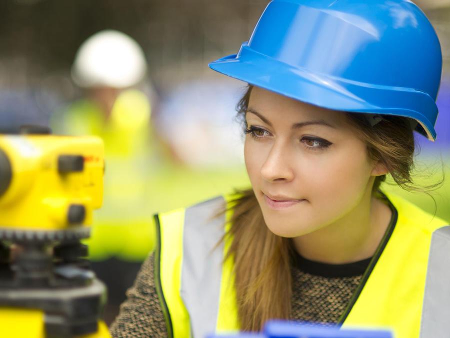 Mujer ingeniera trabajando