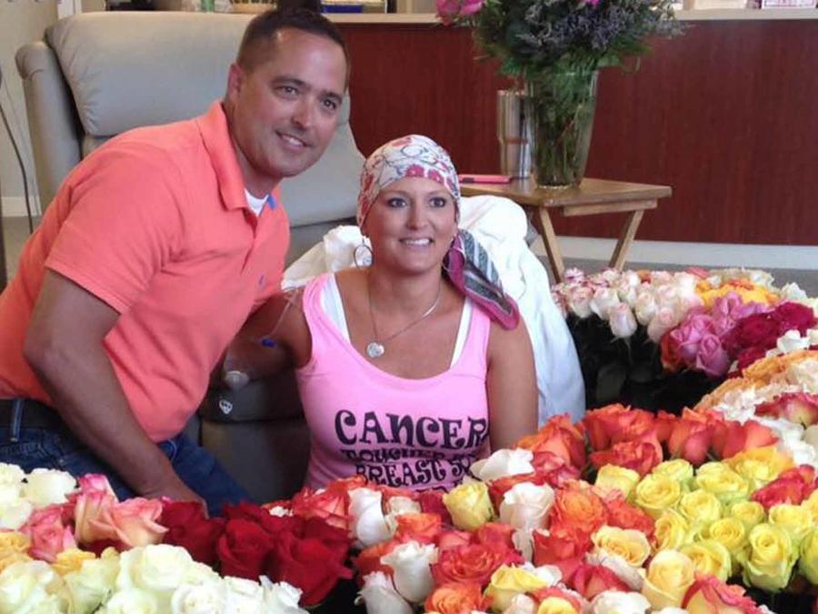 Pareja posa con rosas en el hospital