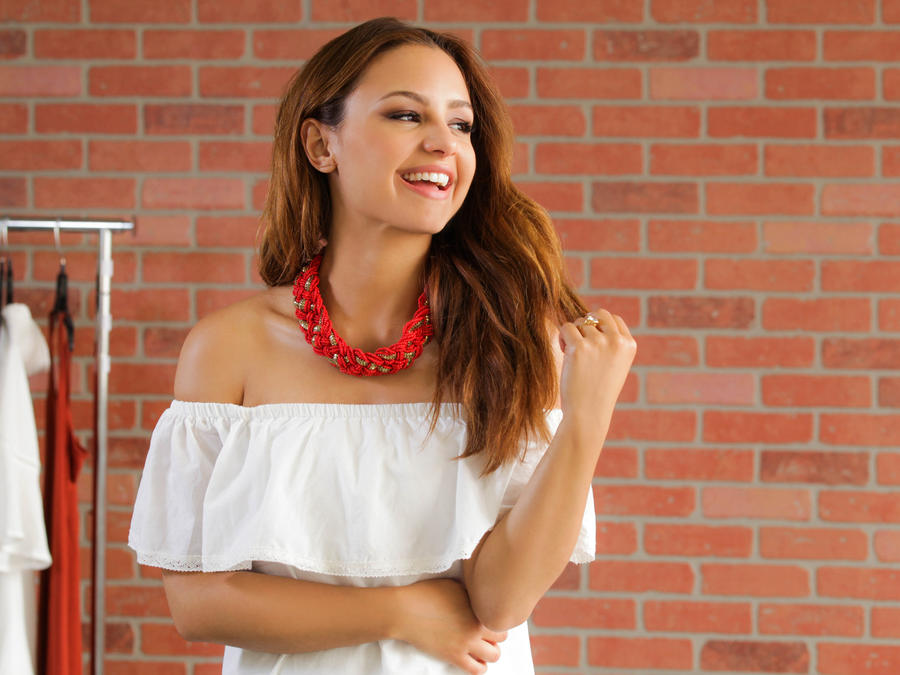 Aimee Carrero con un vestido off the shoulder