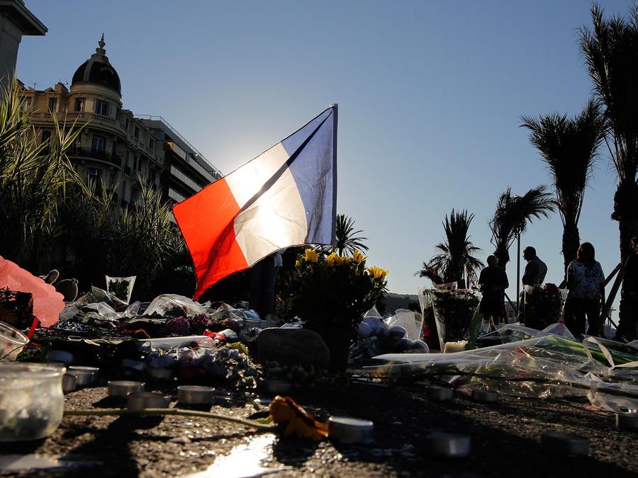 Transeúntes dejan flores en el Boulevard des Anglais donde un camión embistió a una multitud dejando al menos 84 muertos y más de 50 heridos en Niza, Francia el 14 de Julio del 2016