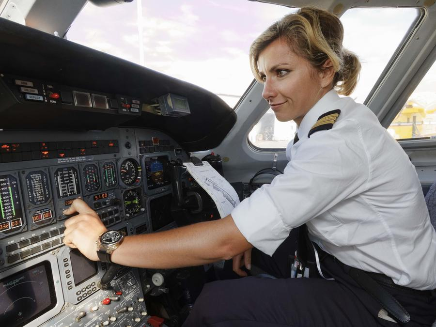 Mujer pilotando avión