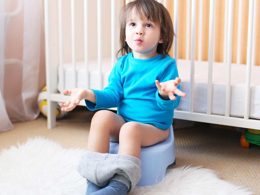 Niño sentado en orinal