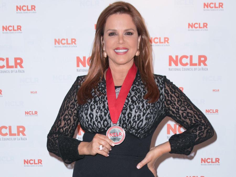 María Celeste Arrarás con su galardón de NCLR