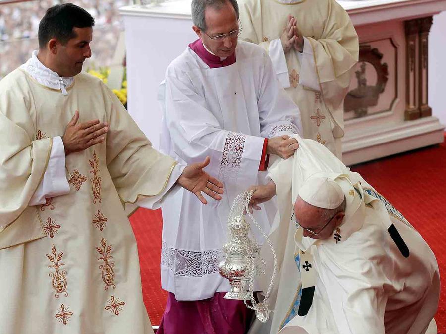 Papa Francisco se cae en misa de Polonia