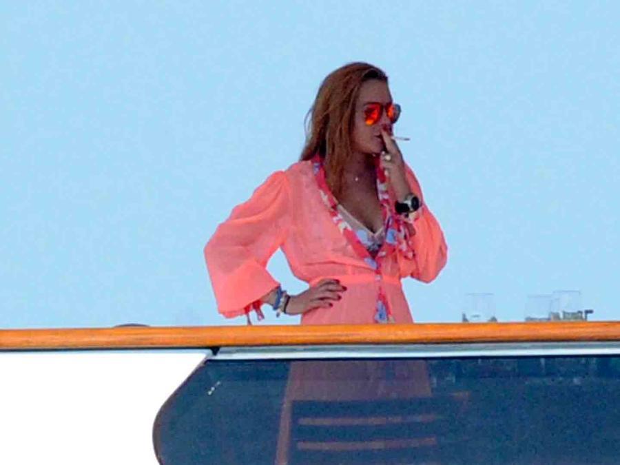 Lindsay Lohan, fumando en un yate en Italia