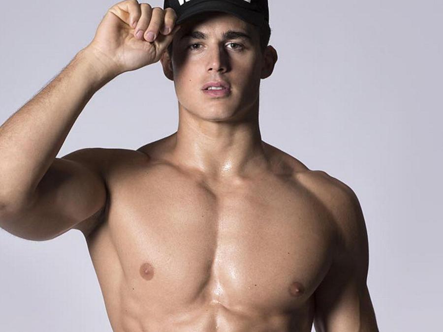 Pietro Boselli posa sin camisa y con una gorra de Dsquared2
