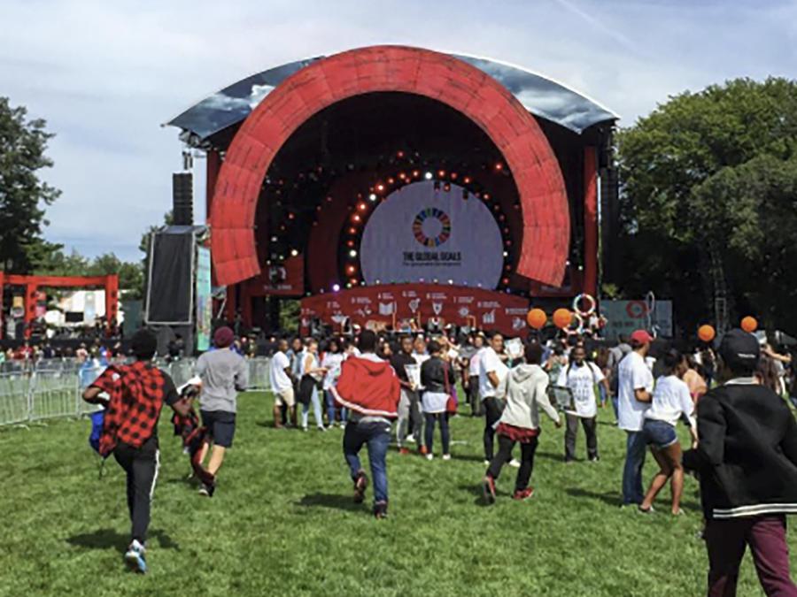 Grupo de gente asiste al festival Global Citizen