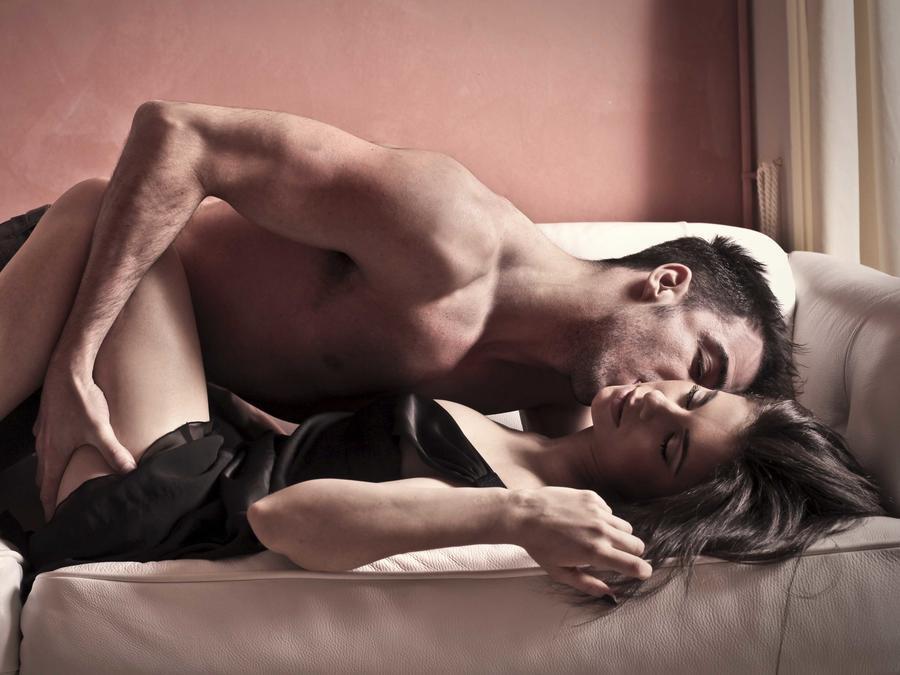 Pareja teniendo relaciones sexuales en el sofá